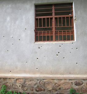 Damage from the fighting in the Sarambwe patrol post building (© Claude Sikubwabo Kiyengo)