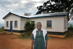 The Mwami (traditional chief) in front of the community meeting house (© Carlos Schuler)