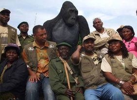The gorilla statue with the Vice-Governor of South Kivu, Jean Claude Kibala (the 4th person from the left) (© Radar Nishuli/Parc National de Kahuzi-Biega)