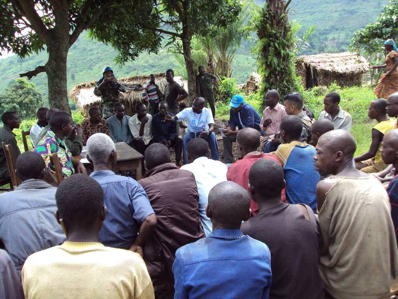 Discussion between the population, VONA, ICCN and MONUSCO in Satambwe (© Claude Sikubwabo)