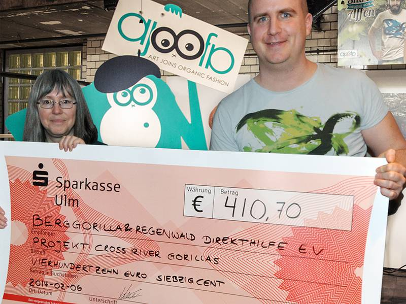 Handing over of the check at ajoofa in Ulm (© ajoofa)